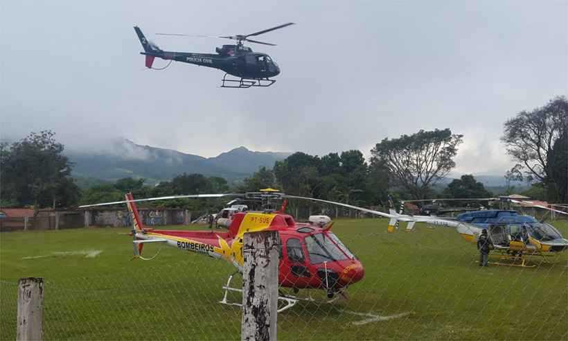 Doze helicópteros atuam todo o tempo na varredura da área e no transporte de corpos. Operação envolve ainda bombeiros, escavadeiras e cães farejadores. Foto: Paulo Filgueiras/EM/D.A Press