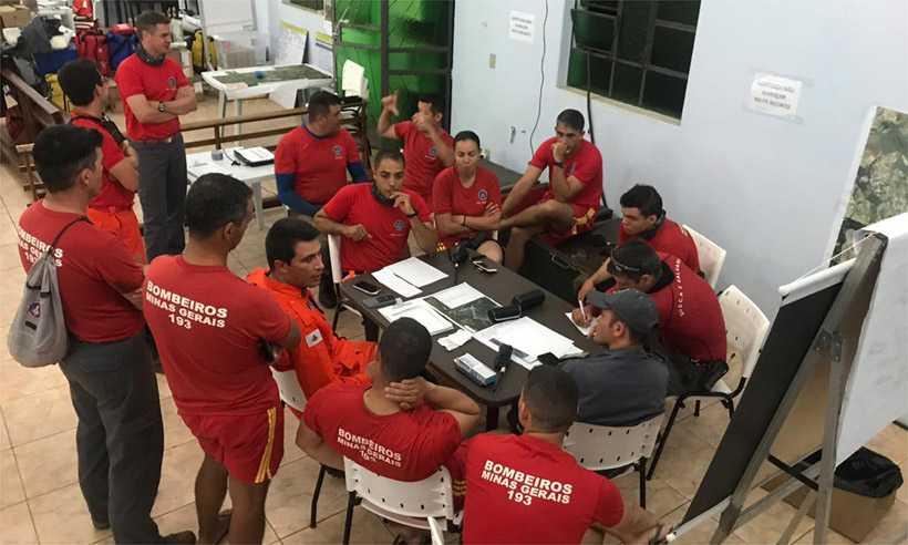 Bombeiros se reuniram ontem para planejar as buscas desta quinta. Foto: Corpo de Bombeiros/Divulgação