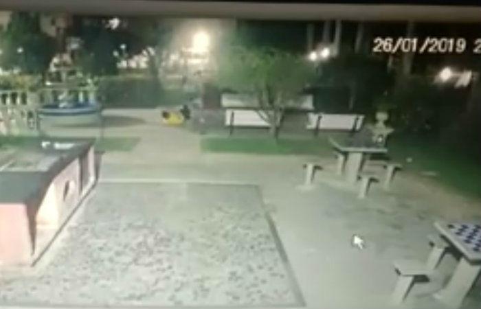 A agressão foi registrada em imagens, mais tarde apresentadas à Polícia. Foto: reprodução/WhatsApp