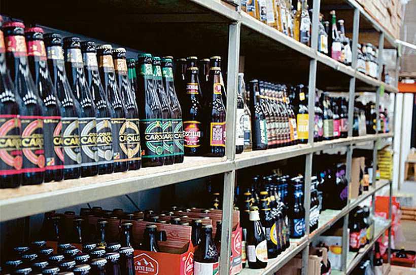 Garrafas com marcas de artesanais ocupam gôndolas dos supermercados, espaço antes reservado para as cervejas pilsen. Foto: Divulgação