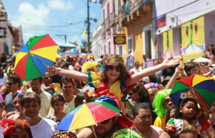 Na contagem regressiva para o carnaval, vale ensaiar as letras. (Foto: Teresa Maia)