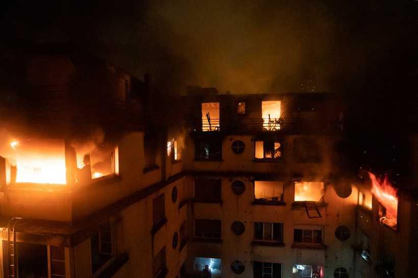O incêndio aconteceu na terça-feira, em uma área nobre de Paris. Foto: AFP
