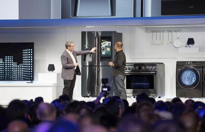 Próxima geração do refrigerador tem tela touch e monitora vencimento dos produtos. Foto: Samsung/Divulgação.