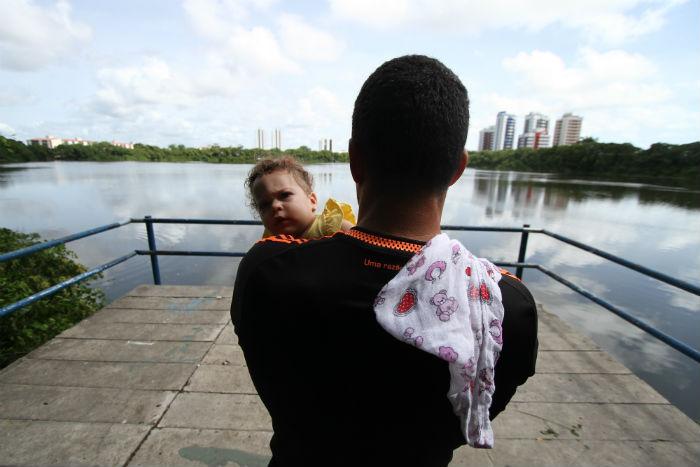 O professor de educação física Gileno Pereira, 32, costuma passear com a filha, Gisele, na Lagoa do Araçá. Foto: Peu Ricardo/DP.