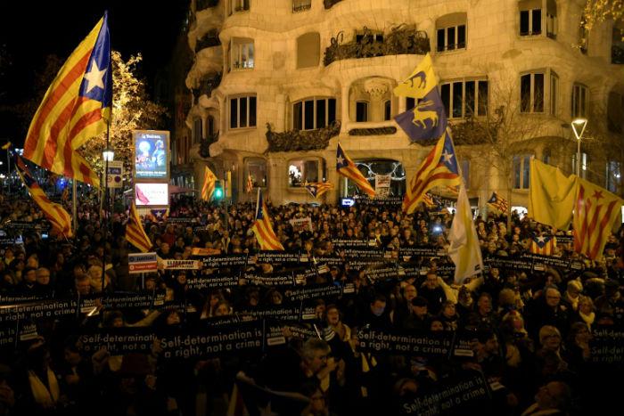 O protesto foi uma resposta à posição de Sánchez de aceitar dialogar com separatistas da Catalunha. Foto: AFP.