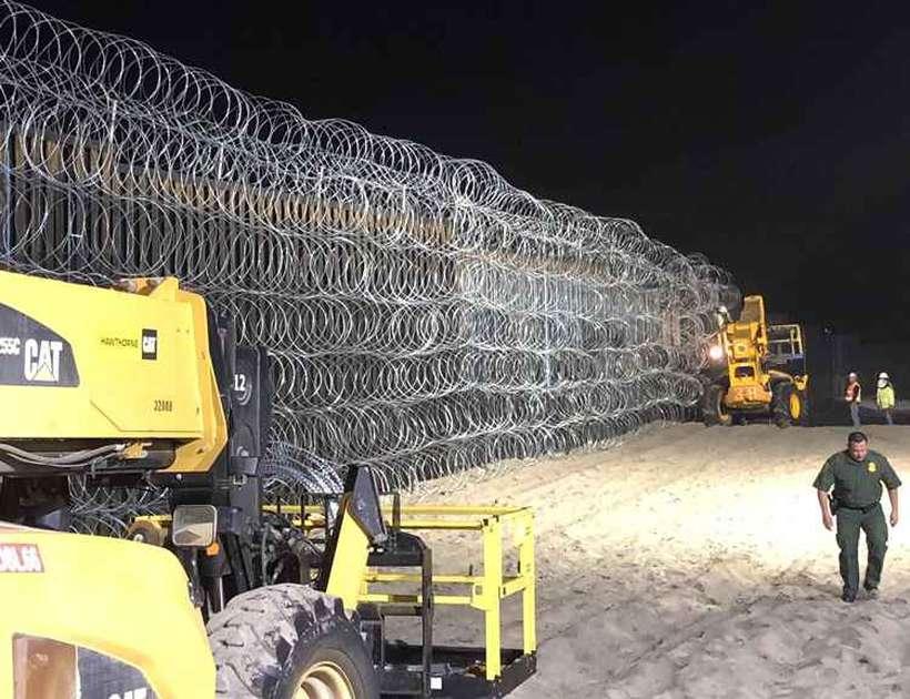 Cerca de arame farpado na fronteira do México com os Estados Unidos. Foto: Reprodução/Twitter