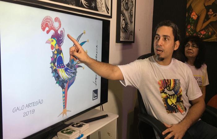 Responsável pela escultura deste ano, o artista plástico Leopoldo Nóbrega apresenta o 'Galo Artesão'. Foto: Anamaria Nascimento/DP.