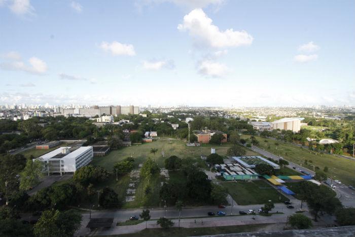 Pró-reitor reuniu-se no campus Recife com cinco representantes do grupo de estudantes que recorreram da decisão. Foto: Ricardo Fernandes/DP.