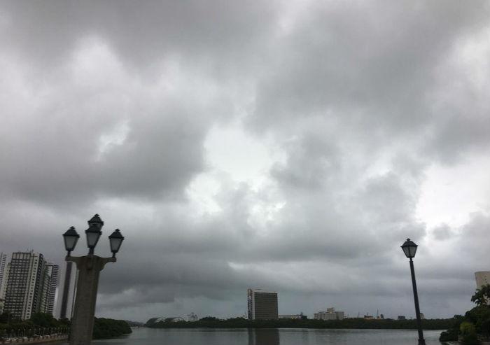 O Recife amanheceu com tempo nublado nesta quarta-feira. Foto: Anamaria Nascimento/DP.