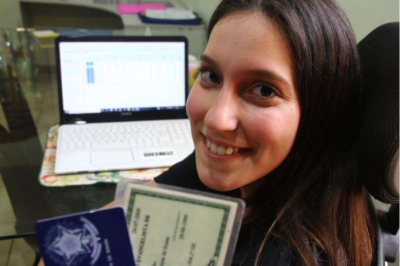 Luiza Nascimento vai pedir ajuda à mãe para preencher o formulário da Receita. Foto: Barbara Cabral/Esp. CB/D.A Press