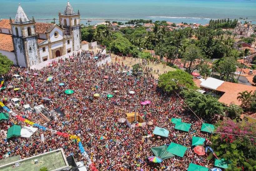 Foliões ocupam as ruas de Olinda. Foto: Arquimedes Santos/PMO