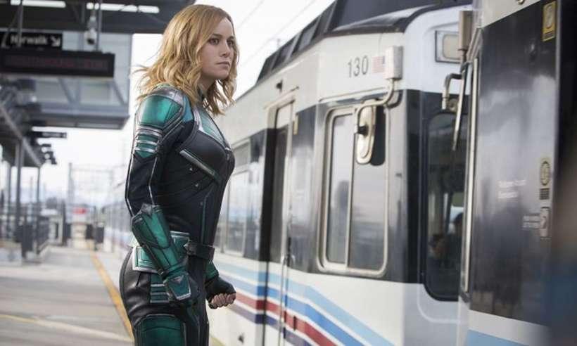 Dona de um passado bem fragmentado, a heroína Capitã Marvel (Brie Larson) joga traumas e dúvidas para o alto quando entra em ação. Foto: Marvel Studios/Divulgação