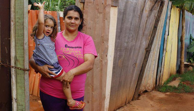 Josiane Costa, com a filha: dependência do Bolsa Família e de auxílio do GDF. Foto: Vinícius Cardoso Vieira /Esp.CB/DA.Press