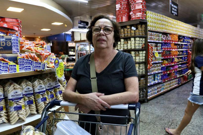 A aposentada Niramar Rosa Silva passou a pesquisar em mercados diferentes para driblar a carestia: 'As coisas subiram muito de preço'. Foto: Arthur Menescal/Esp. CB/D.A Press