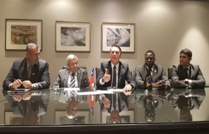 No Chile, o presidente Jair Bolsonaro faz transmissão ao vivo ao lado de ministros general Augusto Heleno (GSI) e Wagner do Rosário (Transparência e CGU), do porta-voz da Presidência da República, Rêgo Barros, e do deputado Hélio Bolsonaro (PSL-RJ). Foto: Presidência da República.