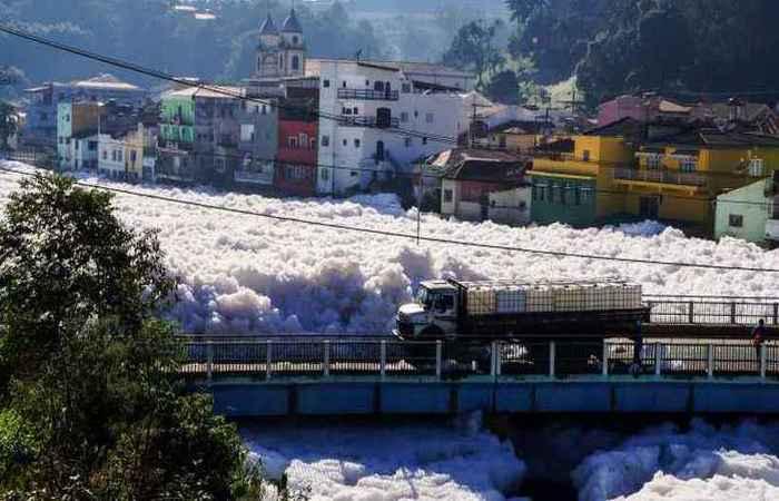 Poluição nos rios: a população se acostumou com a falta de peixes, de vida e o mau cheio das águas, diz especialista da USP. Foto: Rafael Pacheco/Divulgação