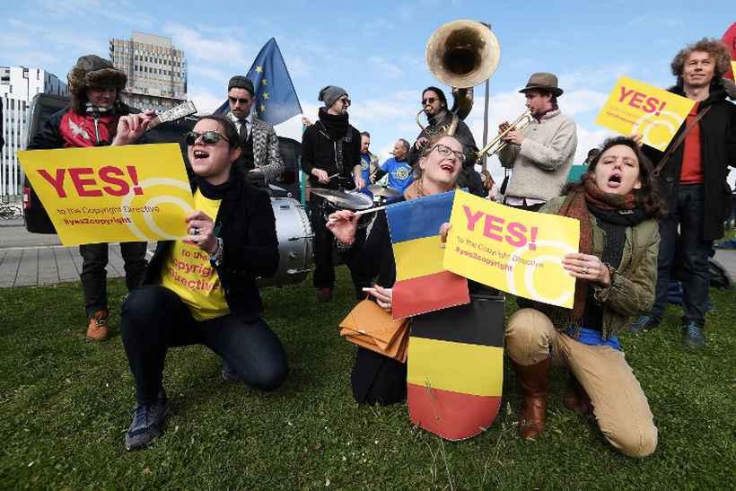 Manifestantes a favor da nova diretiva relativa aos direitos de autor antes da votação dos direitos de autor no Parlamento. Foto: Frederick Florin/AFP