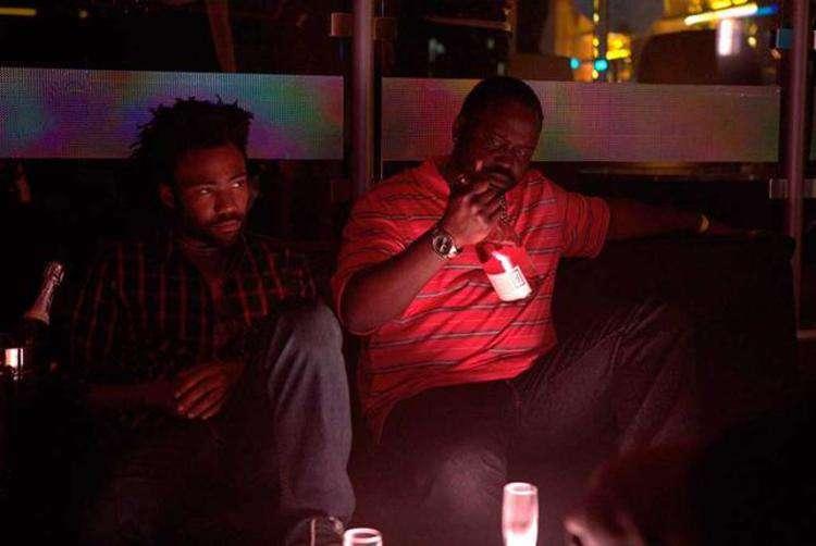 Earn (Donald Glover) e Paper Boi (Brian Tyree Henry) 'descobrem' a América numa boate. Foto: Quantrell Colbert/ divulgação