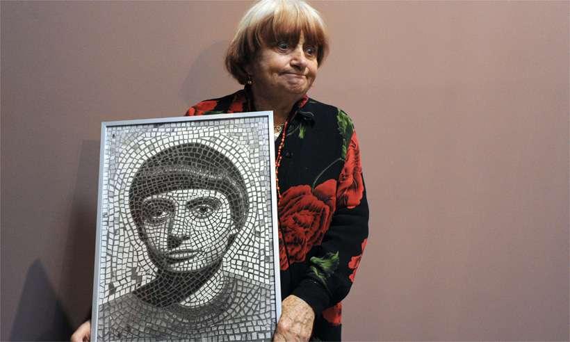 Agnès Varda com um dos seus autorretratos durante exposição em Paris, em 2012. Foto: AFP / PASCAL GUYOT