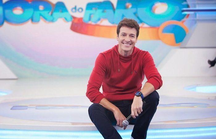 """Hoje, o apresentador é """"dono"""" das tardes de domingo da Record TV, a partir das 15h30, com Hora do Faro. Foto: Divulgação/Record"""