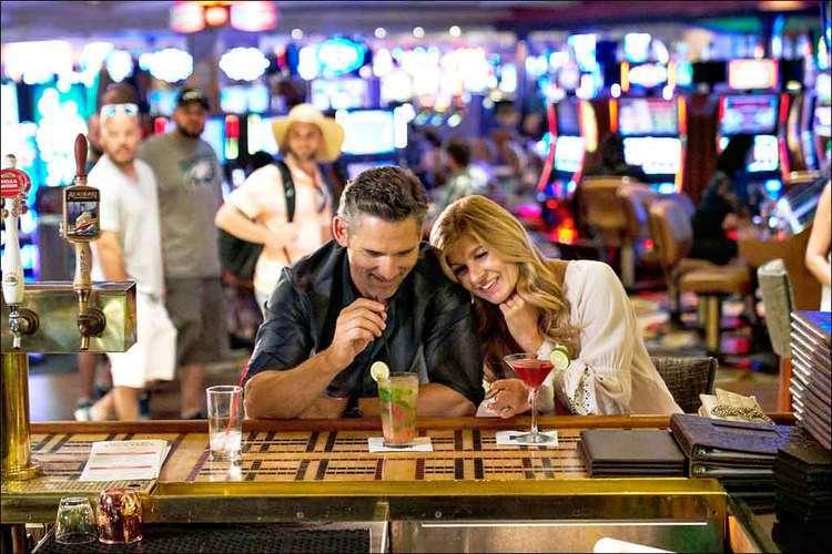 John Meehan (Eric Bana) manipula perigosamente Debra Newell (Connie Britton), em Dirty John. Foto: BRAVO MEDIA/DIVULGAÇÃO