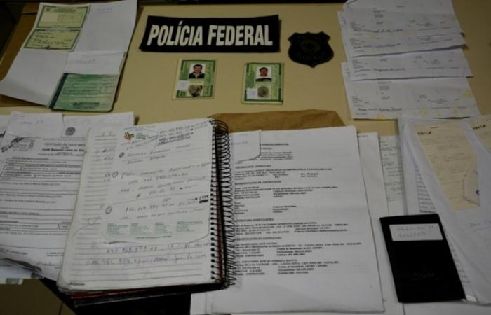 Polícia Federal apreendeu documentos falsos com a dupla de suspeitos. Foto: Divulgação/Polícia Federal. (Polícia Federal apreendeu documentos falsos com a dupla de suspeitos. Foto: Divulgação/Polícia Federal.)