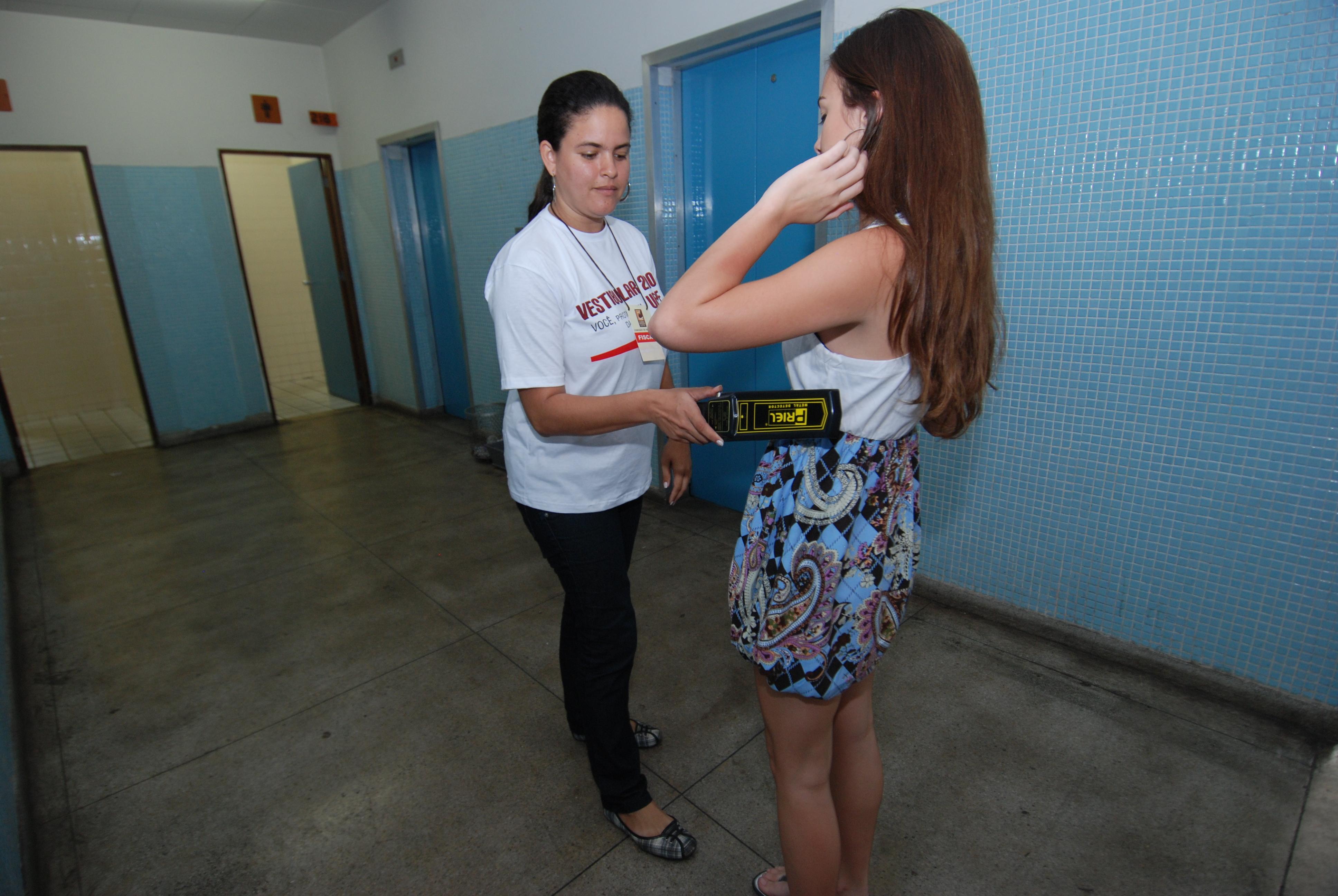 Além de detectores de metal, recomendação pede sistemas de identificação biométrica nas unidades de ensino do Recife. Foto: Cecília de Sá Pereira/Arquivo DP.