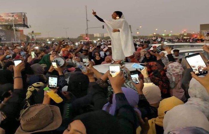 """Alaa Salah, uma estudante que se transformou em """"ícone"""" do movimento. Foto: Reprodução/Twitter (Foto: Reprodução/Twitter)"""