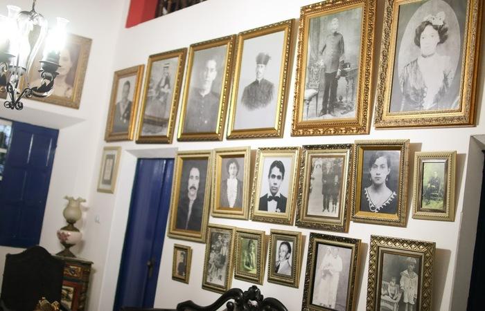 Mural de fotos no salão da Casa Grande das Almas. Foto: Chico Andrade/SeturPE