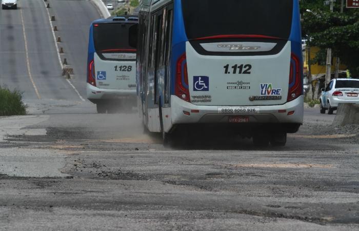 Ônibus trafegam em faixa comum, sem corredor exclusivo, como prevê o projeto do Bus Rapid Transit. Foto: Peu Ricardo/DP. (Ônibus trafegam em faixa comum, sem corredor exclusivo, como prevê o projeto do Bus Rapid Transit. Foto: Peu Ricardo/DP.)