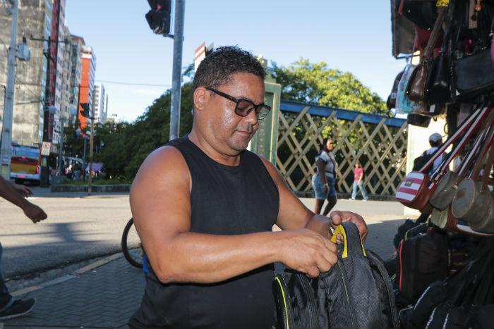 O comerciante Sidney Gomes acredita que a ponte tem necessidade de reparos. Foto: Tarciso Augusto / Esp. DP Foto