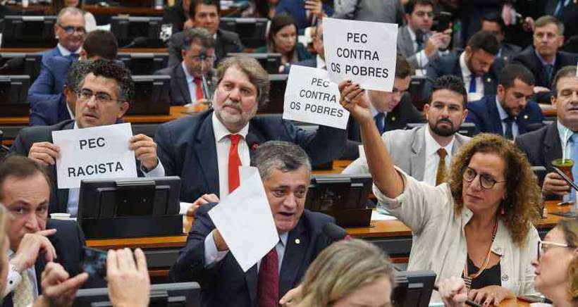 Protesto de parlamentares na CCJ: governo saiu perdendo nesta semana de apreciação da admissibilidade da PEC. Foto: Pablo Valadares/Câmara dos Deputados