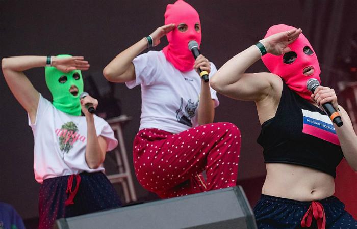 Popularidade do grupo veio pela essa coragem de usar a arte para lutar por direitos de mulheres e de LGBTs na Rússia. Foto: Rick Kern/WireImage