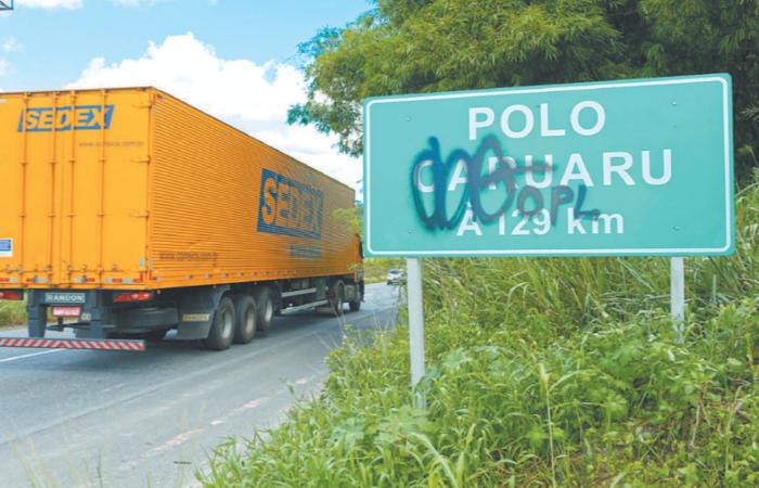 (Nas placas de sinalização da rodovia, as pichações podem atrapalhar motoristas que não conhecem a região (Foto: Leandro de Santana/Esp.DP))