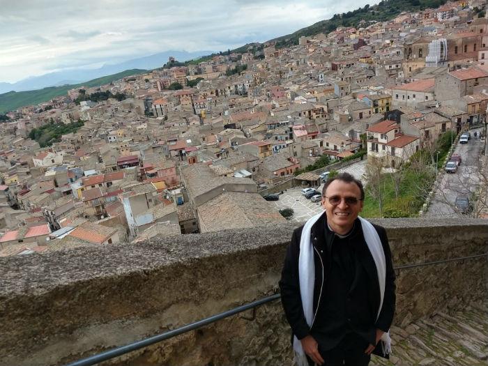 Padre Cosmo, atualmente na Itália, mantém contato com os fiéis pelas redes sociais. Foto: Arquivo Pessoal.