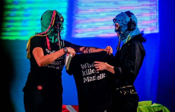 Mônica Benício entrega camiseta para Nadya Tolokonnikova. Foto: Pei Fon/Divulgação