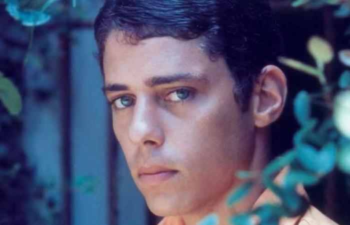 Os olhos azuis de Chico já eram penetrantes desde os 20 e poucos anos, como mostra esse registro de 1968. Foto: Adhemar Veneziano/Divulgação