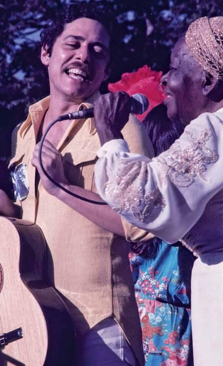 Chico e Clementina de Jesus no festival Show do Paraíso, espécie de Woodstock tupiniquim, em 1977. Foto: Ayrton Camargo/Divulgação