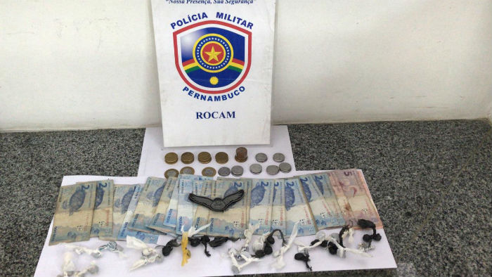 Foram apreendidos 42 Big bigs de maconha, uma balança de precisão, dinheiro e dois aparelhos celulares. Foto: Polícia Militar / Divulgação.