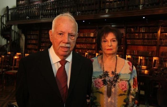 Fernando Coelho ao lado da esposa Izolda durante o prêmio Orgulho de Pernambuco de 2017 (Foto: Nando Chiappetta/DP) (Fernando Coelho ao lado da esposa Izolda durante o prêmio Orgulho de Pernambuco de 2017 (Foto: Nando Chiappetta/DP))