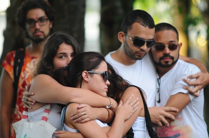 Amigos de Nanda Matheus em ato depois do ocorrido. Crédito: Blenda Souto Maior/DP/D.A Press