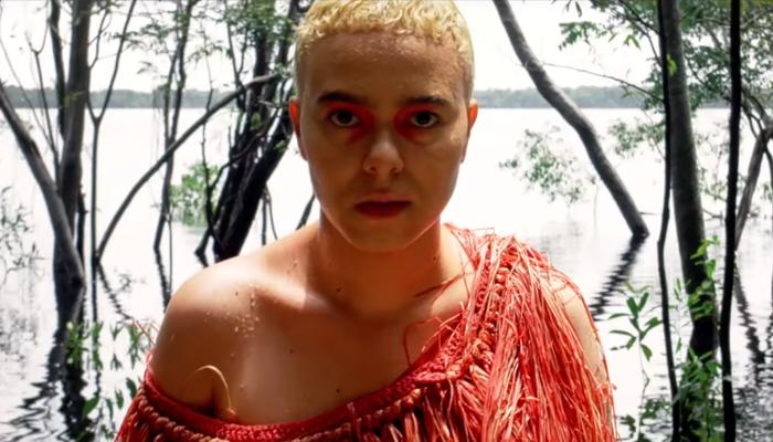Mundo Líquido marca a nova fase da cantora, que busca se conectar com raízes indígenas. Foto: Reprodução/Youtube