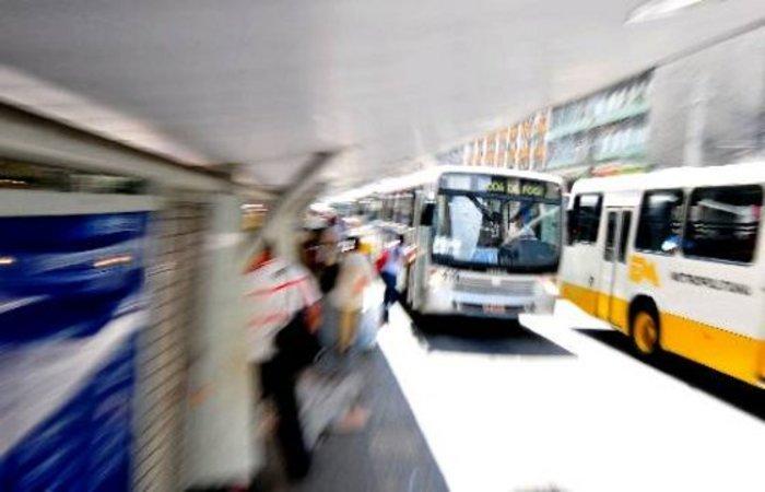 (O aplicativo para saber o horário dos ônibus da frota do Grande Recife estava previsto para 2015. Os usuários vão continuar esperando. Crédito: Annaclarice Almeida/DP)