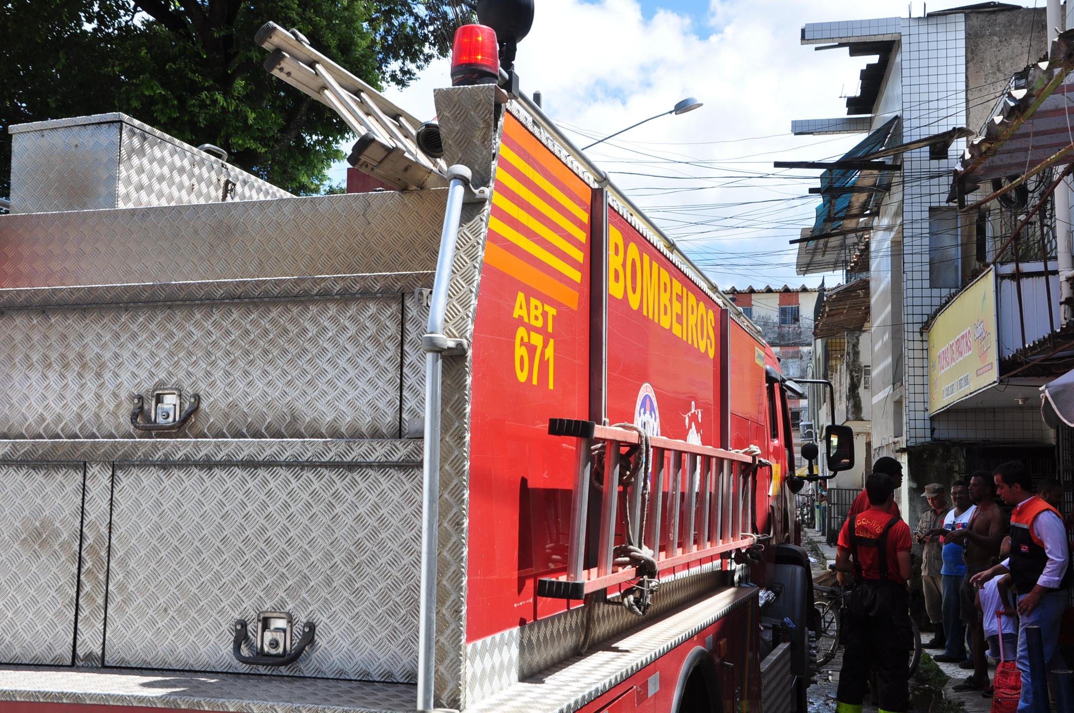 Três equipes do Grupamento de Bombeiros de Salvamento (GBS), de Abreu e Lima, foram ao local para controlar as chamas. Crédito: Cortesia