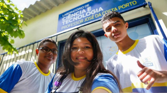Matheus Santos, 14; Rayane Alves, 13, e David Silva, 14, querem participar das aulas de robótica. Foto: Leandro de Santana/Esp.DP.