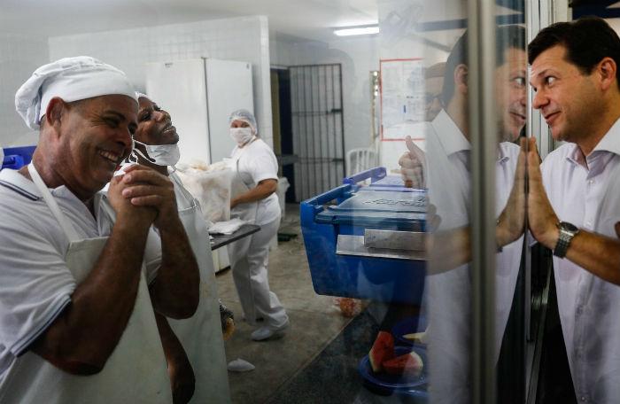 O prefeito do Recife, Geraldo Julio, participou da inauguração do laboratório e visitou outras dependências da unidade de ensino. Foto: Leandro de Santana/Esp.DP.