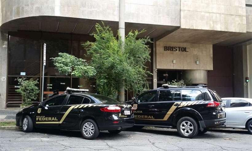 Viaturas da Polícia Federal em frente à sede do PSL, na manhã desta segunda-fera. Foto: Paulo Filgueiras/EM/D.A Press
