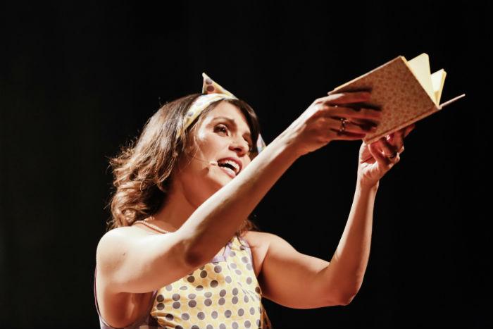 A contadora de histórias Carol Levy destaca a importância do livro na relação mãe-filho. Foto: Andréa Rêgo Barros/Divulgação.