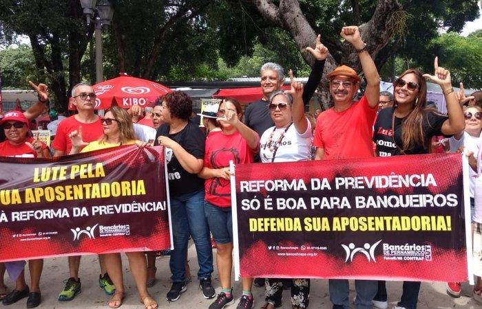 Os manifestantes se reuniram na Praça do Derby.  Foto: Rosália Rangel/DPFoto. (Os manifestantes se reuniram na Praça do Derby.  Foto: Rosália Rangel/DPFoto.)