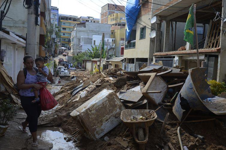 Desabamento de dois prédios na Muzema causou 24 mortes e deixou moradores feridos. Foto: Arquivo/Tânia Rêgo/Agência Brasil